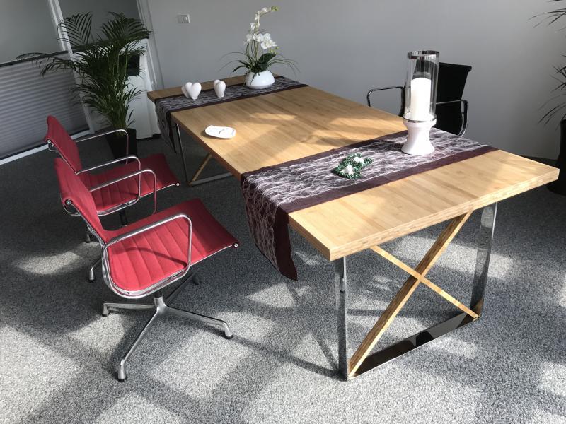 Tisch Mit Einer Bambusplatte Und Chromfüßen Planed