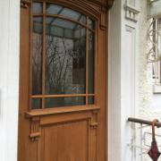 Haustür Eiche mit Sprosseneinteilung und Ornamenten der Hausfassade.